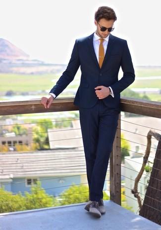 """Comment porter un costume bleu marine: L'association d'un costume bleu marine et d'une chemise de ville blanche te démarquera de la masse sans trop être """"too much"""". Tu veux y aller doucement avec les chaussures? Opte pour une paire de des chaussures derby en cuir grises pour la journée."""