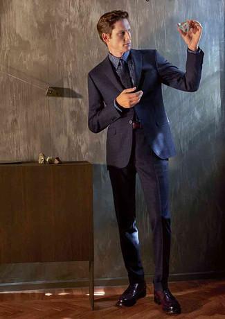Comment porter: costume bleu marine, chemise de ville en vichy bleu marine, chaussures derby en cuir bordeaux, cravate imprimée bleu marine