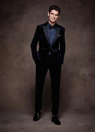 Comment porter: costume en velours bleu marine, chemise de ville bleu marine, chaussures derby en cuir noires, nœud papillon noir