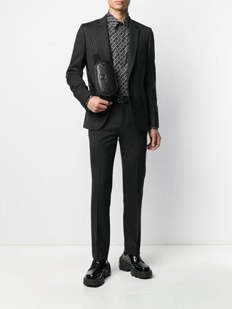 Comment porter: costume noir, chemise de ville imprimée noire et blanche, chaussures derby en cuir épaisses noires, sac banane en cuir noir