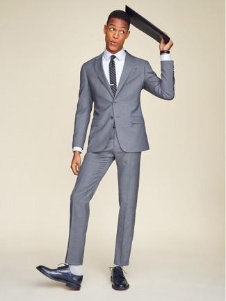 Comment porter un costume gris: Pense à porter un costume gris et une chemise de ville blanche pour un look pointu et élégant. Jouez la carte décontractée pour les chaussures et choisis une paire de des chaussures derby en cuir bleu marine.