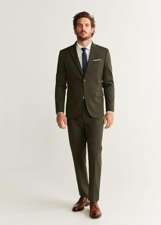 Comment porter des chaussures derby en cuir marron: Associe un costume olive avec une chemise de ville blanche pour dégager classe et sophistication. Jouez la carte décontractée pour les chaussures et termine ce look avec une paire de des chaussures derby en cuir marron.