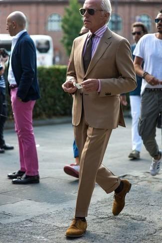 Comment porter une chemise de ville à rayures verticales rose: Marie une chemise de ville à rayures verticales rose avec un costume marron clair pour un look classique et élégant. Termine ce look avec une paire de des chaussures derby en daim marron clair.