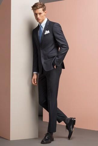 Comment porter des chaussettes gris foncé: Pour créer une tenue idéale pour un déjeuner entre amis le week-end, harmonise un costume bleu marine avec des chaussettes gris foncé. Fais d'une paire de des chaussures derby en cuir noires ton choix de souliers pour afficher ton expertise vestimentaire.