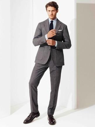 Comment porter un costume en laine gris: Associe un costume en laine gris avec une chemise de ville bleu clair pour un look classique et élégant. Si tu veux éviter un look trop formel, termine ce look avec une paire de des chaussures derby en cuir pourpre foncé.