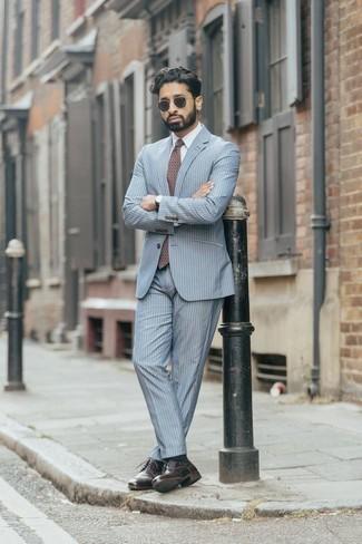 Comment porter un costume à rayures verticales bleu clair: Choisis un costume à rayures verticales bleu clair et une chemise de ville blanche pour dégager classe et sophistication. Jouez la carte décontractée pour les chaussures et termine ce look avec une paire de des chaussures derby en cuir bordeaux.