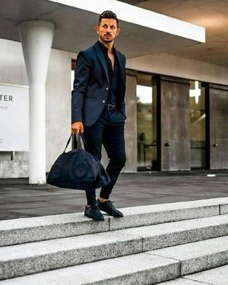 Comment porter des chaussures derby en cuir bleu marine: Pense à associer un costume bleu marine avec une chemise de ville bleu marine pour un look pointu et élégant. Si tu veux éviter un look trop formel, choisis une paire de des chaussures derby en cuir bleu marine.
