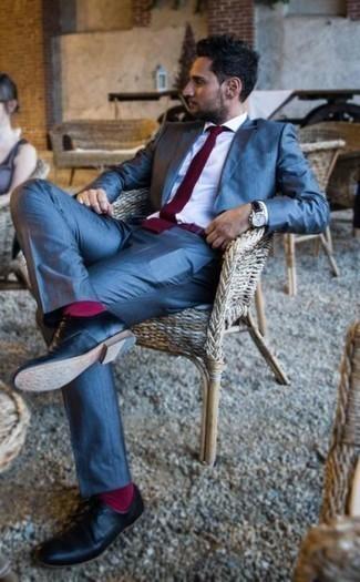 Comment porter des chaussettes fuchsia: Marie un costume bleu avec des chaussettes fuchsia pour une tenue confortable aussi composée avec goût. Une paire de des chaussures derby en cuir noires est une façon simple d'améliorer ton look.