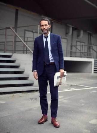 Comment porter des chaussettes fuchsia: Pense à associer un costume bleu marine avec des chaussettes fuchsia pour un déjeuner le dimanche entre amis. Une paire de des chaussures derby en cuir tabac apportera une esthétique classique à l'ensemble.