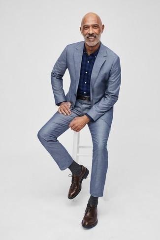 Comment porter des chaussures derby en cuir marron foncé: Associe un costume bleu clair avec une chemise de ville écossaise bleu marine pour une silhouette classique et raffinée. Une paire de des chaussures derby en cuir marron foncé est une option avisé pour complèter cette tenue.