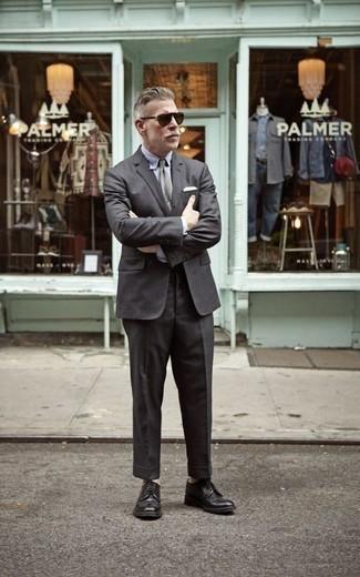 Comment porter une cravate grise: Opte pour un costume gris foncé avec une cravate grise pour dégager classe et sophistication. Si tu veux éviter un look trop formel, choisis une paire de des chaussures derby en cuir noires.