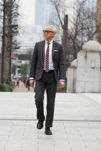 Comment porter un costume gris foncé: Harmonise un costume gris foncé avec une chemise de ville blanche pour un look pointu et élégant. Jouez la carte décontractée pour les chaussures et complète cet ensemble avec une paire de des chaussures derby en cuir noires.