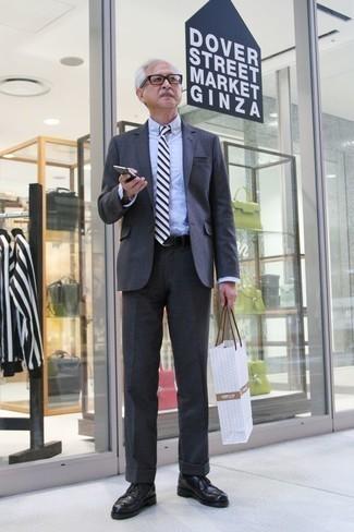 Comment porter un costume gris foncé: Essaie d'harmoniser un costume gris foncé avec une chemise de ville bleu clair pour une silhouette classique et raffinée. Tu veux y aller doucement avec les chaussures? Complète cet ensemble avec une paire de des chaussures derby en cuir noires pour la journée.
