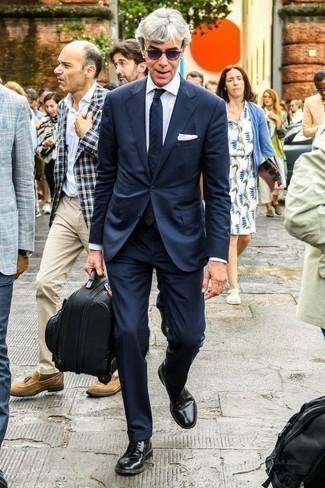 Comment porter des lunettes de soleil violettes: Pense à associer un costume bleu marine avec des lunettes de soleil violettes pour une tenue idéale le week-end. Une paire de des chaussures derby en cuir noires rendra élégant même le plus décontracté des looks.