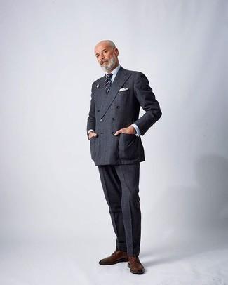 Comment porter un costume gris foncé: Pense à harmoniser un costume gris foncé avec une chemise de ville blanche pour une silhouette classique et raffinée. Pourquoi ne pas ajouter une paire de des chaussures derby en cuir marron à l'ensemble pour une allure plus décontractée?