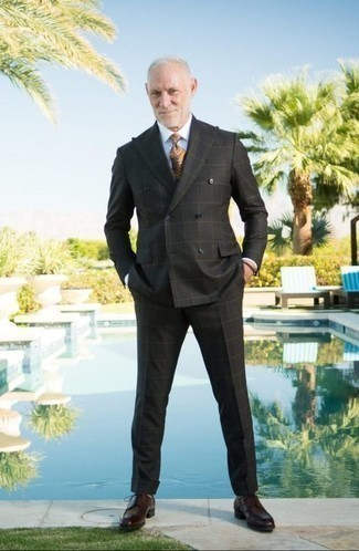 Comment porter une cravate: Associe un costume à carreaux noir avec une cravate pour une silhouette classique et raffinée. Tu veux y aller doucement avec les chaussures? Assortis cette tenue avec une paire de des chaussures derby en cuir bordeaux pour la journée.