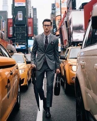 Comment porter un sac: Harmonise un costume gris avec un sac pour une tenue confortable aussi composée avec goût. Fais d'une paire de des chaussures derby en cuir noires ton choix de souliers pour afficher ton expertise vestimentaire.