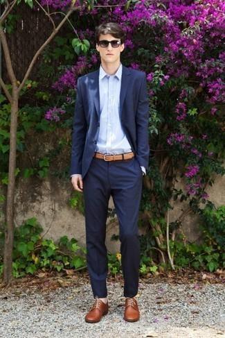 Comment porter des lunettes de soleil violettes: Choisis un costume bleu marine et des lunettes de soleil violettes pour un déjeuner le dimanche entre amis. Jouez la carte classique pour les chaussures et choisis une paire de des chaussures derby en cuir marron.