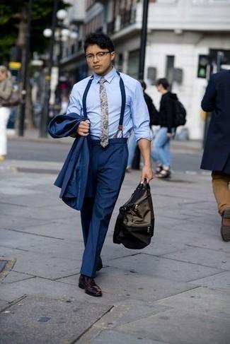 Tenue: Costume bleu marine, Chemise de ville bleu clair, Chaussures derby en cuir bordeaux, Sac fourre-tout en toile olive