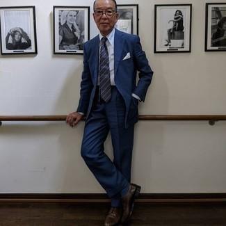 Comment porter des chaussures derby en cuir marron foncé: Associe un costume bleu marine avec une chemise de ville blanche pour un look classique et élégant. Si tu veux éviter un look trop formel, assortis cette tenue avec une paire de chaussures derby en cuir marron foncé.
