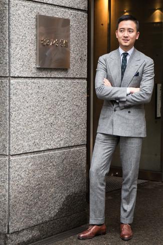 Comment porter un costume en laine écossais gris: Essaie de marier un costume en laine écossais gris avec une chemise de ville blanche pour un look classique et élégant. Termine ce look avec une paire de chaussures derby en cuir marron.