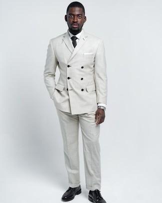 Comment porter une cravate: Fais l'expérience d'un style classique avec un costume gris et une cravate. Jouez la carte décontractée pour les chaussures et termine ce look avec une paire de chaussures derby en cuir noires.