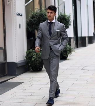 Tendances mode hommes: Pense à porter un costume gris et une chemise de ville à rayures verticales blanche et noire pour un look pointu et élégant. Termine ce look avec une paire de chaussures derby en toile bleu marine.