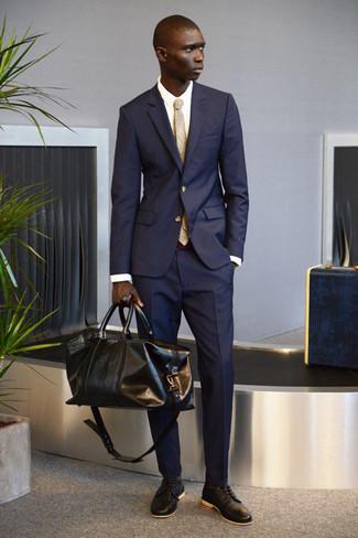 Comment porter une cravate écossaise beige: Associe un costume bleu marine avec une cravate écossaise beige pour une silhouette classique et raffinée. Une paire de des chaussures derby en cuir tressées marron foncé apporte une touche de décontraction à l'ensemble.