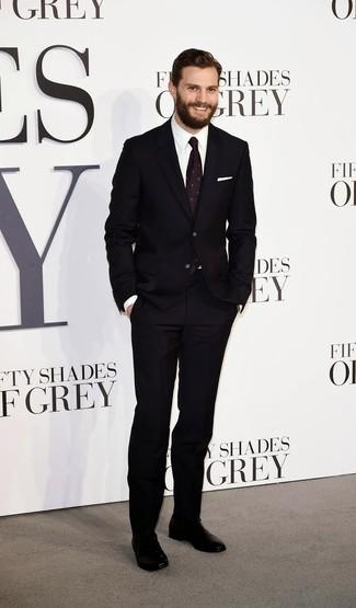 Tenue de Jamie Dornan  Costume noir, Chemise de ville blanche, Chaussures  richelieu en cuir noires, Cravate imprimée pourpre foncé   Mode hommes    Lookastic ... d2e9baa88a5