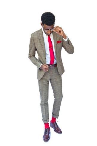 Comment porter: costume en laine marron, chemise de ville blanche, chaussures richelieu en cuir marron, cravate rouge