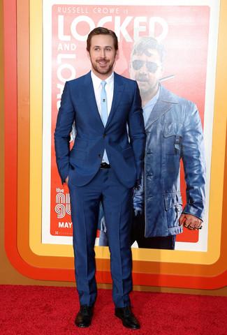 Tenue de Ryan Gosling: Costume bleu marine, Chemise de ville blanche, Chaussures richelieu en cuir noires, Cravate bleu clair
