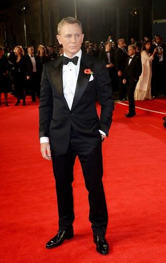 Tenue de Daniel Craig: Costume noir, Chemise de ville blanche, Chaussures richelieu en cuir noires, Nœud papillon noir