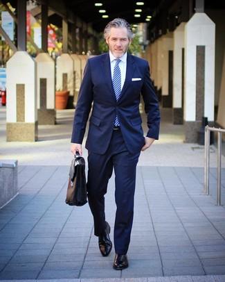Comment porter une cravate à rayures verticales bleu marine après 40 ans: Marie un costume bleu marine avec une cravate à rayures verticales bleu marine pour une silhouette classique et raffinée. Pour les chaussures, fais un choix décontracté avec une paire de des chaussures richelieu en cuir noires.