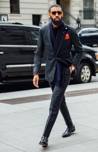 Comment porter: costume en laine gris foncé, chemise de ville écossaise rouge, chaussures richelieu en cuir noires, cravate noire