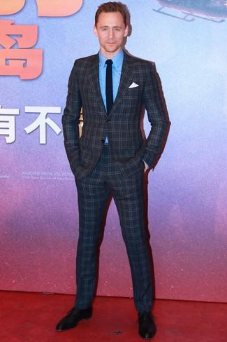 Comment porter: costume à carreaux gris foncé, chemise de ville bleue, chaussures richelieu en cuir noires, cravate en tricot bleu marine