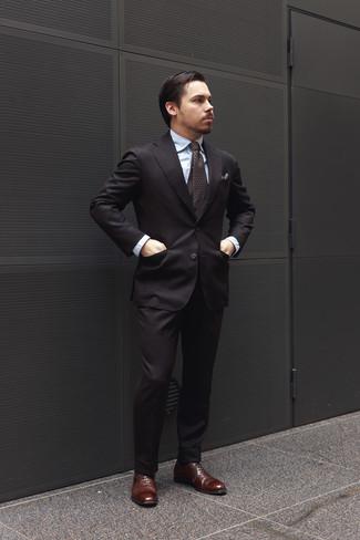 Comment porter: costume noir, chemise de ville bleu clair, chaussures richelieu en cuir marron foncé, cravate imprimée marron foncé