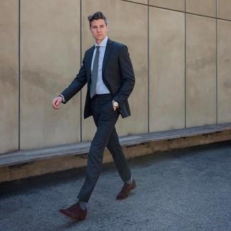 Comment porter: costume gris foncé, chemise de ville bleu clair, chaussures richelieu en daim marron foncé, cravate grise
