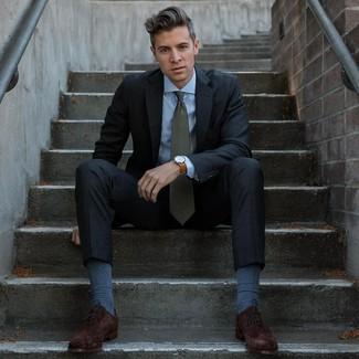 Comment porter: costume gris foncé, chemise de ville bleu clair, chaussures richelieu en daim marron foncé, cravate vert foncé