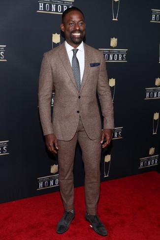 Comment porter: costume marron, chemise de ville blanche, chaussures richelieu en daim marron foncé, cravate imprimée gris foncé