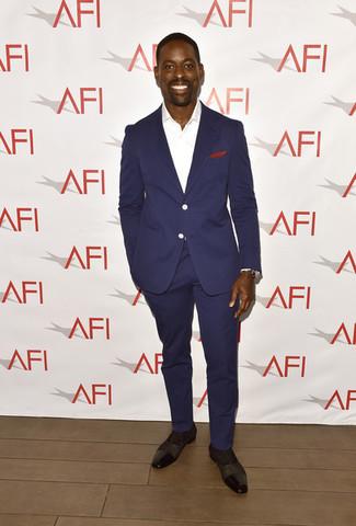 Comment porter: costume bleu marine, chemise de ville blanche, chaussures richelieu en cuir marron foncé, pochette de costume rouge