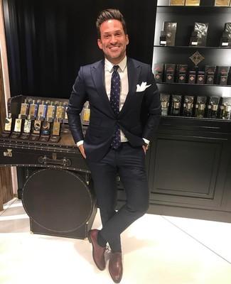 Comment porter: costume noir, chemise de ville blanche, chaussures richelieu en cuir bordeaux, cravate imprimée bleu marine