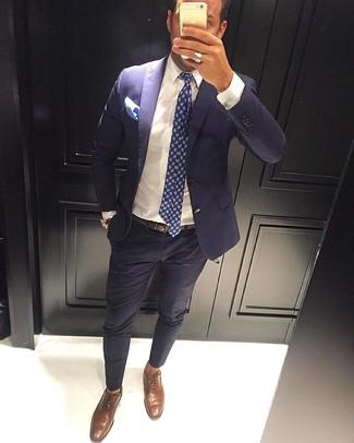 Comment porter: costume bleu marine, chemise de ville blanche, chaussures richelieu en cuir marron, cravate imprimée cachemire bleu marine