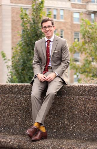 Comment porter: costume gris, chemise de ville blanche, chaussures richelieu en cuir marron, cravate imprimée rouge