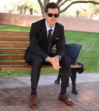 Comment porter: costume noir, chemise de ville violet clair, chaussures richelieu en cuir marron, pochette en cuir noire