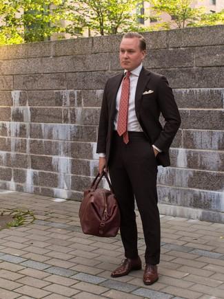 Comment porter: costume marron foncé, chemise de ville blanche, chaussures richelieu en cuir marron, fourre-tout en cuir marron