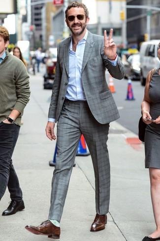Tenue: Costume à carreaux gris, Chemise de ville bleu clair, Chaussures richelieu en cuir marron, Lunettes de soleil marron foncé