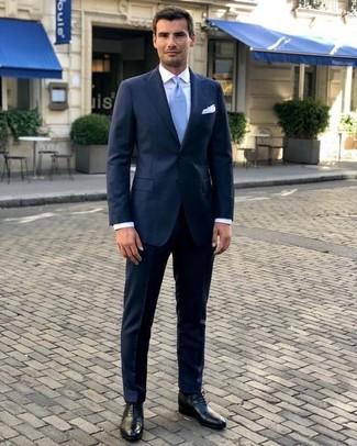 Comment porter: costume bleu marine, chemise de ville blanche, chaussures richelieu en cuir noires, cravate bleu clair