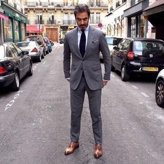 Comment porter des chaussures richelieu en cuir marron après 50 ans: Porte un costume gris foncé et une chemise de ville blanche pour une silhouette classique et raffinée. Une paire de des chaussures richelieu en cuir marron est une option judicieux pour complèter cette tenue.