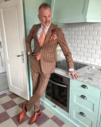 Comment porter: costume à rayures verticales marron, chemise de ville blanche, chaussures richelieu en cuir tabac, cravate orange
