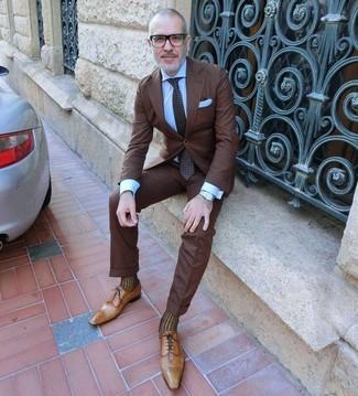 Comment porter: costume marron foncé, chemise de ville bleu clair, chaussures richelieu en cuir marron clair, cravate á pois marron foncé
